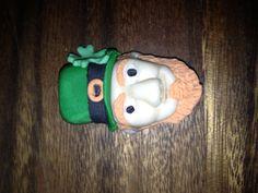 Gumpaste leprechaun head for a cupcake