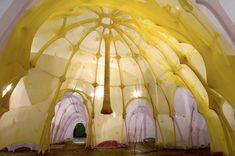 Anthropodino (2009) Ernesto Neto va relaxer le visiteur avec l'installation « Anthropodino » à l'Armory Park Avenue de New York. Des structures de formes amorphes et organiques accueillent le spectateur, un vrai bonheur pour les enfants. - http://one360.eu/blog/?p=12679