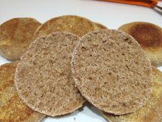 250 g de farine intégrale (T150) 10 cl de lait écrémé ou lait de soja 1 cuillère à café de fructose 1/2 cuillère à café de sel 1 sachet de levure de boulanger Un peu de farine de pois chiche ou un peu de semoule fine intégrale ou complète