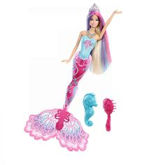 Aceste minunate sirene isi schimba culoarea precum marea, ce iti transforma culoarea parului spre coada in functie de temperatura apei. Prietenul ei, calutul de mare, poate fi folosit pentru a crea si mai multe momente magice. Creat pentru momente unice, fetitele pot introduce papusile in apa. Barbie Fairytale sirena printesa include papusa sirena, calutul de mare, coronita si colierul