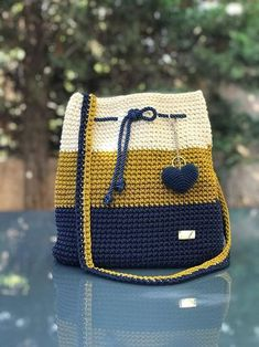 Crochet backpack pattern inspiration / crochet bag from t-shir yarn - Salvabrani How To Crochet A Shell Stitch Purse Bag - Crochet Ideas Crochet Backpack Pattern, Crochet Tote, Crochet Handbags, Crochet Purses, Free Crochet, Knit Crochet, Diy Rucksack, Striped Shoulder Bags, Yarn Bag