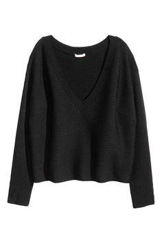 Sweter w prążki: Szeroki sweter o splocie w prążki z połyskującej mieszanki zawierającej wiskozę. Głęboki dekolt w serek.