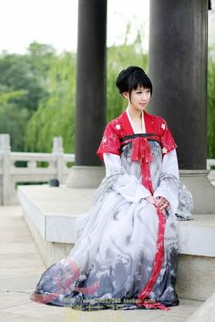 Tang Dynasty Chinese hanfu for commoner women. Hanfu, Traditional Fashion, Traditional Dresses, Ao Dai, Asian Style, Chinese Style, Asian Woman, Asian Girl, Dynasty Clothing