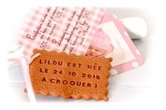 Faire-part, biscuit personnalisé. Papier rose et blanc.  www.lafabriquedemeline.com Modèle déposé avril 2014, toute reproduction interdite