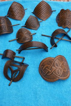 bacelle [no clue what it says; different shapes for different size pony tails/hair thickness] Leather Store, Leather Art, Leather Design, Leather Tooling, Leather Jewelry, Leather Accessories, Hair Accessories, Crea Cuir, Leather Working Patterns