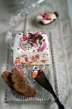 Savory and silky smooth salmon mousse cake with pickled onions and rye bread - a true Scandinavian Christmas treat. Appetizer Salads, Appetizer Recipes, Snack Recipes, Snacks, Appetizers, Savoury Baking, Savoury Cake, Scandinavian Food, Scandinavian Christmas
