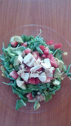 Ensalada de lechuga con arugula, elote, aguacate, jitomate y pollo a la plancha.