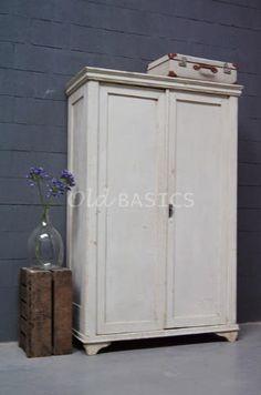 Linnenkast 10077 - Brocante houten linnenkast met een mooie geleefde uitstraling. De kast is crème wit van kleur, achter de deuren een hang en leg gedeelte. De kast is demontabel.