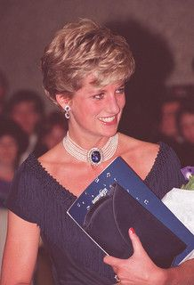 October Princess Diana at a Gala Dinner given by Brian Mulroney and his wife Mila at the National Arts Centre in Ottawa, Canada. Lady Diana Spencer, Princesa Diana, Kate Middleton, Princess Diana Fashion, Charles And Diana, Thing 1, Princess Of Wales, Queen Of Hearts, Barbie