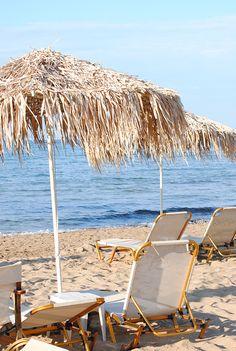 Paraguas de la paja en la playa de Malia, Creta   Mi Paradissi © Eleni Psyllaki