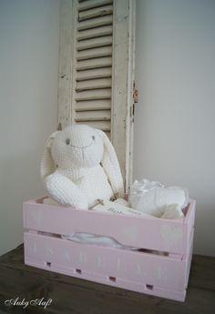 Naamkistje@AukgAaf! heel leuk om een kraammand mee te maken... http://aukgaaf.com/nl/trends4kids-brocante-babykamer-landelijke-kinderkamer-complete-babykamers/kraamcadeautjes-kraamcadeaus-baby-cadeau/kistje-met-naam.html