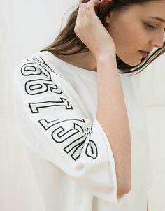 Sudadera ancha cropped textos. Descubre ésta y muchas otras prendas en Bershka con nuevos productos cada semana