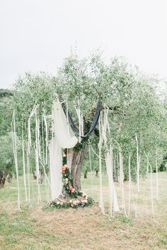 Florals: Jardindivers - Relaxed elegant Italian Wedding by Chic Weddings in Italy (Planning & styling) + Lisa Poggi (Photography) - via Magnolia Rouge