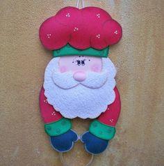 """Neste Natal, você não pode esquecer de decorar sua cozinha para a chegada do """"bom velhinho""""! Afinal, é da cozinha que saem aquelas delícias para a sua ceia!!    Este lindo porta pano de pratos é todo feito em EVA pintado a mão. Seu  chapéu de mestre cuca, bracinhos, luvas e barba são """"recheados"""" com fibra siliconada, o que garante uma fofura especial à peça!    Pode decorar sua cozinha ou dar um charme especial à copa.    É uma opção bacana para presentear a vovó, a titia, a professora das…"""