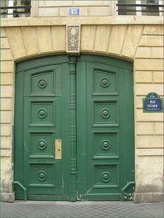 La porte verte de la rue Richer  (Paris 9ème).