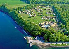 Vakantiepark Middelfart ligt in een bosrijke omgeving en is ideaal voor families met kinderen en natuurliefhebbers. De centrale ligging nodigt uit tot uitstapjes naar bijvoorbeeld Kolding voor een bezoek aan het historische slot of Odense waar alles in het teken staat van sprookjesschrijver H.C. Andersen. Heerlijk rustig in de bossen, op ca. 1 km van een groter zandstrand. Het plaatsje Middelfart ligt op ca. 3 km, Kolding op ca. 30 km en Odense op ca. 50 km.