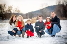photography family photos outside winter Snow Family Pictures, Family Photos What To Wear, Winter Family Photos, Family Photos With Baby, Winter Pictures, Family Pics, Christmas Photos, Family Portrait Poses, Family Picture Poses
