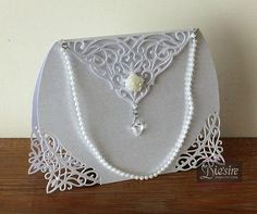 Do you know anyone who loves their handbags? Maybe has a few of them ……. What a fabulous card this would make for them! Diana takes you step by step, showing you how to use the corner dies to create t