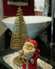 Decoração de Natal da bancada do banheiro  De♡coração de Natal 2015  Estilo shabby chic com reaproveitamento de materiais by Sandra Dias.Interires