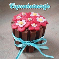 Wie verras jij met deze leuke Kitkat cupcaketaartjes versierd met #marsepein? Lekker bij een kopje koffie of thee. #cupcake