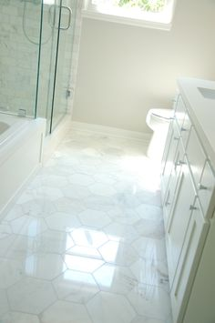 34 weiße Sechseck Badezimmerfliesen Ideen und Bilder 34 white hexagon bathroom floor tile ideas and pictures - Marble Bathroom Dreams Bathroom Tile Designs, Bathroom Floor Tiles, Bathroom Inspiration, Bathroom Decor, Flooring, White Marble Bathrooms, Bathrooms Remodel, Tile Bathroom, White Tub