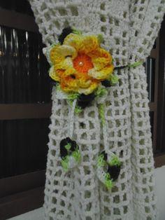 Prendedor de cortina feito em crochê, motivo flor caracol de 9 cm. <br>O prendedor possui cordão de correntinhas (75 e 90 cm) de crochê para dar um charme a sua cortina. Faço os cordões no tamanho desejado. <br>Valor corresponde à unidade e não ao par. <br>Faço a flor da cor que você quiser.