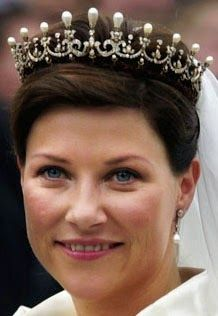 Queen Maud Pearl & Diamond Tiara, small version. Princess Märtha Louise on her wedding day, may 2002.