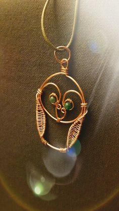 Un altro bel gufettino realizzato su commissione. Due smeraldini come occhi  *__* #wiredonyx #wire  #rame #ciondolo  #copper #owl #gufo #gioielli #gioielliartigianali #handmade #handmadejewelry #smeraldo #emerald