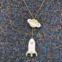 """Un peu de perles au milieu de mon périple dans les pays baltes ! Une petite photo de ma création chouchoute que vous pouvez retrouver dans mon livre """"Brick stitch, peyote et autres tissages de perles"""" D'ailleurs vous pouvez gagner un exemplaire sur Instagram et trois sur mon blog, tentez votre chance #thecamelialivre #jenfiledesperlesetjassume #brickstitch #peyote #tissagedeperles #miyuki #perlesaddict #fusee"""