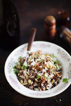 Libanonilainen Hashweh on ruoka, jonka ehtii saada tarjolle arki-iltanakin. Riisi nappaa kiinni lihamuhennoksen mausteisiin, ja rapeutta ruokaan tuovat rouhitut mantelit sekä pinjansiemenet.