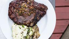 Bistecca di manzo marinata nel vino rosso, aglio e timo: ricetta barbecue.