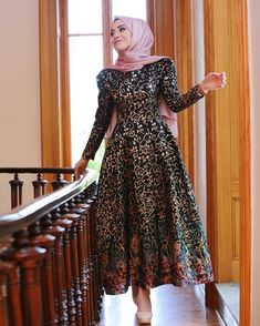 Gamze Polat Black Dress ❤❤ Price 150 Dolars Information and order whatsapp 05533302701 Hijab Evening Dress, Hijab Dress Party, Hijab Style Dress, Chic Dress, Evening Dresses, Muslim Fashion, Modest Fashion, Skirt Fashion, Fashion Dresses