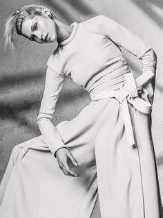 Пуловер и брюки из вискозы, все Proenza Schouler; серьга из пластика и металла, Givenchy by Riccardo Tisci