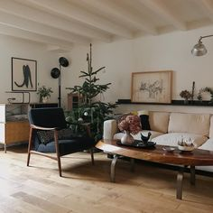 Mid century future cabin/house home decor, home, living room interior. My Living Room, Home And Living, Living Spaces, Interior And Exterior, Interior Design, Room Interior, Living Room Decor Inspiration, Cabin Homes, Simple House