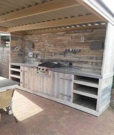 Pallet Furniture Ideas Must-see Pallet Outdoor Dream Kitchen DIY Pallet Bars DIY Pallet Furniture DIY Pallet Projects - An outdoor kitchen doesn't have to be just your imagination. With pallets, you can make your own Pallet Outdoor Dream … Recycled Pallets, Wooden Pallets, 1001 Pallets, Deck From Pallets, Bar Made From Pallets, Plastic Pallets, Recycled Wood, Pallet Crafts, Pallet Projects