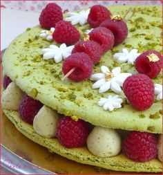 Raspberry giant macaroon pistachio Source by perleensucre Macarons, Macaron Cake, Pear Recipes, Pastry Recipes, Sweet Recipes, Dessert Recipes, Sweet Desserts, Delicious Desserts, Pastries