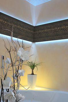 Raffinierte Beleuchtungseffekte, Stuckleisten Und Eine Handgemachte  Glasperlentapete Machen Dieses Badezimmer Zu Einem Unikat.