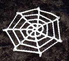Crochet spider web - the perfect halloween trim - decorate your halloween costume and pin on some creepy spiders Crochet Fall, Holiday Crochet, Easy Crochet, Free Crochet, Ravelry Crochet, Soirée Halloween, Halloween Crochet Patterns, Web Patterns, Yarn Bombing