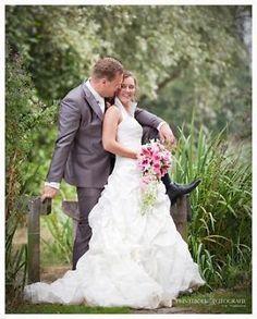 Te koop aangeboden mooie ivoren trouwjurk van phil collins! Met (afneembare) halterkraagmooi vrouwelijk en stoer! Hij is slechts één keer gedragen op mijn trouwdag inaugustus 2013. De jurk is direct