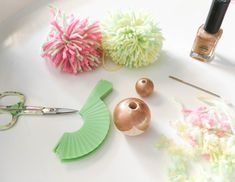 Pompon poppetjes - Mama Maai Money Making Crafts, Diy Crafts For Gifts, Diy Home Crafts, Doll Crafts, Diy Doll, Bead Crafts, Crafts For Kids, Cupcake Liner Crafts, Pom Pom Animals