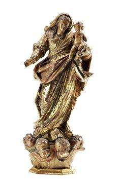 Nossa Senhora com o Menino, escultura portuguesa do séc. XVIII, em madeira entalhada, estofada e policromada. A figura está representada de pé segurando o Menino, assente sobre nuvens e quatro cabeças de anjo aladas. Restauros, faltas e defeitos. Alt. aprox.: 42 cm.