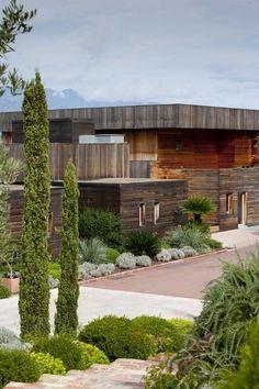 Vorgartengestaltung und Holzfassade mit schöner Patina