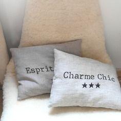 Un style scandinave et naturel pour ce coussin en lin avec étoiles et inscription