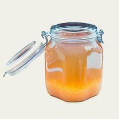 Para añadir sabor a tu kéfir de agua es necesario realizar una segunda fermentación: 🧪⠀⠀⠀⠀⠀⠀⠀⠀⠀ Agrega el sabor que más te guste (jengibre, jugo de fruta, limón) 🍋⠀⠀⠀⠀⠀⠀⠀⠀⠀ Cierra la tapa y déjalo reposar entre 12 a 24 horas. 🕰️⠀⠀⠀⠀⠀⠀⠀⠀⠀ Comienza el proceso nuevamente con los granos de kéfir o dejarlo descansar. 😴⠀⠀⠀⠀⠀⠀⠀⠀⠀ Para dejar descansar el Kéfir de Agua: 🕰️⠀⠀⠀⠀⠀⠀⠀⠀⠀ Coloca los granos de kéfir de agua en un recipiente pequeño con agua azucarada y cierra la tapa. 🥤⠀⠀⠀⠀⠀⠀⠀⠀⠀ Pon el… Mason Jars, Tableware, Food, Grains, Fruit, Homemade Pickles, Juices, Eating Clean, Dinnerware