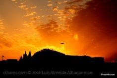 O céu arde e os aviões voam na mesma.