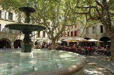 Prenez un café sur la Place aux Herbes à Uzès où se déroule le marché du samedi.