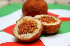"""Et une recette d'arancini (boules de riz farcies à la sicilienne), une! Petit teasing avant le """"Momento"""" dans """"La Libre"""" de ce samedi, où il sera question d'arancini et autres boules de riz... Love Eat, I Love Food, Good Food, Yummy Food, Food Porn, Cuisine Diverse, Arancini, Italy Food, Buffet"""