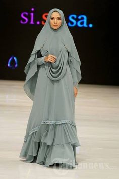 Fashion Hijab Remaja Gemuk 45 New Ideas Hijab Gown, Hijab Outfit, Muslim Women Fashion, Islamic Fashion, Abaya Fashion, Fashion Dresses, Parda, Moslem Fashion, Modele Hijab