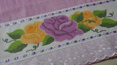 Toalha de rosto em ponto cruz Cross Stitch Rose, Cross Stitch Patterns, Kids Rugs, Rose Flowers, Decor, Face Towel, Dish Towels, Cross Stitch Embroidery, Scrappy Quilts