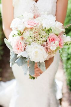 Gorgeous #bouquet for a summer wedding! {The Happy Bloom}